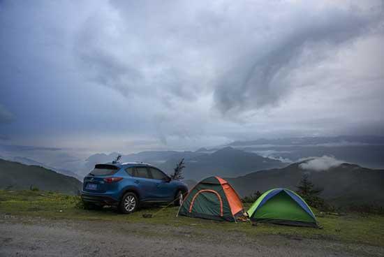 二郎山露营雨后的二郎山,收帐篷越往垭口走